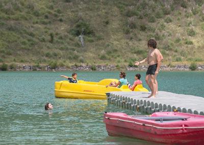 Différentes activités sportives dans l'eau sur le site de Cap'Découverte dans le Tarn